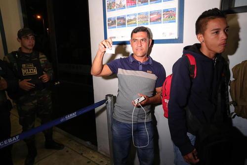 پناهجوی ونزوئلایی در مرز با پرو شادمان از دریافت آخرین بلیت ورود بدون پاسپورت و تحت عنوان پناهجو به پرو