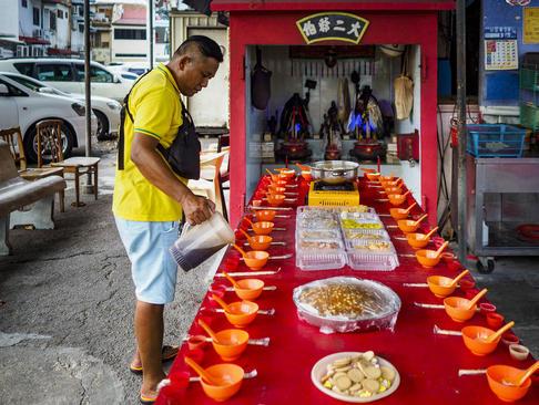 جشنواره آیینی ارواح گرسنه در شهر پنانگ مالزی