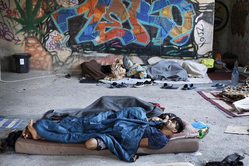 خواب پناهجویان افغانستانی و پاکستانی در مرز بوسنی و کرواسی