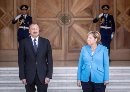 مراسم استقبال رسمی رییس جمهوری آذربایجان از صدراعظم آلمان در کاخ ریاست جمهوری در باکو/ خبرگزاری آلمان