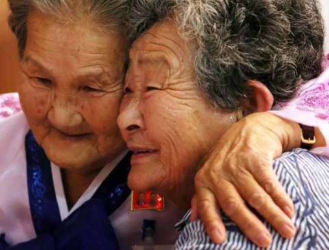 ملاقات خانوادههای جدا مانده در دو کره در منطقه مرزی/ رویترز