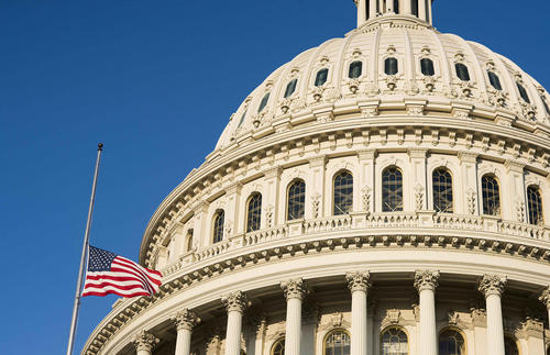 نیمه برافراشته شدن پرچم مقابل ساختمان کنگره آمریکا در سوگ درگذشت جان مک کین سناتور ارشد جمهوریخواه کنگره / واشنگتن
