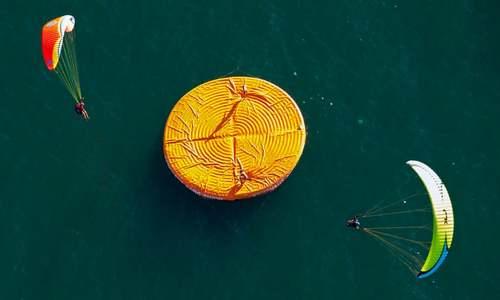 پاراگلایدر سواری بر فراز دریاچه ژنو در سوییس/ EPA