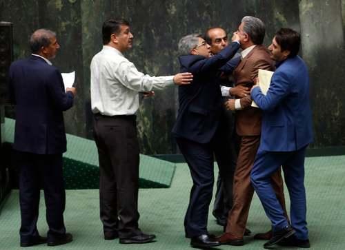عکسی از جلسه استیضاح وزیر معزول اقتصاد در مجلس/ عکس: عابدین طاهرکناره/EPA