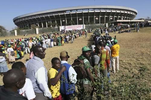صف مردم برای ورود به استادیوم شهر هراره برای مراسم تحلیف رییس جمهوری جدید زیمبابوه/ آسوشیتدپرس
