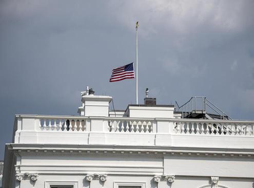بالاخره با دستور ترامپ پرچم برافراشته آمریکا بر فراز کاخ سفید روز دوشنبه چند ساعت در سوگ درگذشت سناتور مک کین نیمه برافراشته شد. ترامپ از صدور بیانیه تسلیت خودداری کرده است.