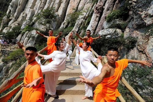 تمرین یوگا و کنگ فو در معبد شائولین در دنفنگ چین