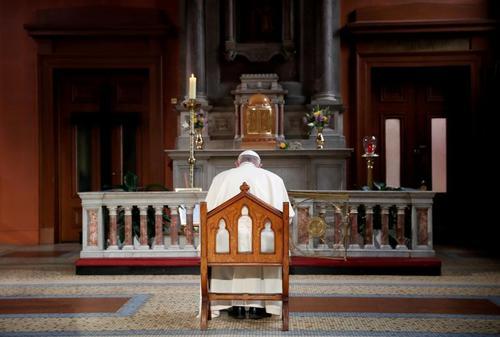 دعای پاپ فرانسیس در مقابل یادمان قربانیان سوء استفاده های جنسی کلیسای کاتولیک در کلیسای جامع سنت ماری در شهر دوبلین ایرلند/ رویترز