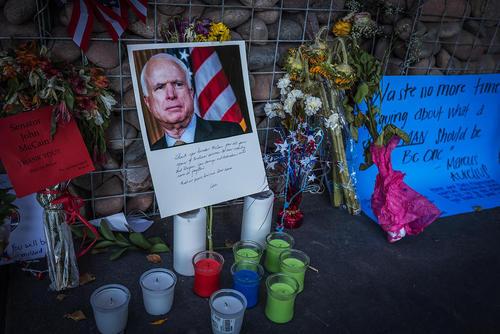 مقابل دفتر سناتور جان مک کین در شهر فینیکس ایالت آریزونا آمریکا پس از درگذشت او با شمع و تصاویر و گلهای یادبود تزیین شده است.