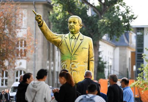 مجسمهای بزرگ از اردوغان که برای شرکت در جشنواره دوسالانه هنری در ویسبادن آلمان ساخته شده است./ خبرگزاری آلمان