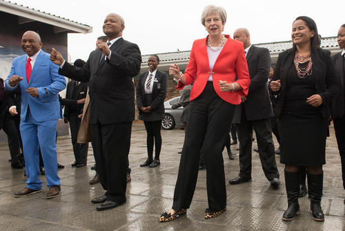 رقص نخست وزیر بریتانیا در یک مدرسه انگلیسی در شهر کیپ تاون آفریقای جنوبی