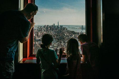 خانواده آمریکایی در حال تماشای شهر از بلندای طبقه هشتادم ساختمان معروف