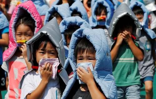 مانور ایمنی در برابر زلزله در مدرسهای در توکیو/ رویترز