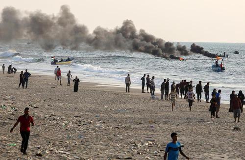اعتراض فلسطینیهای ساکن غزه به محاصره دریایی این منطقه از سوی اسراییل به وسیله آتش زدن تایرهای خودرو در ساحل