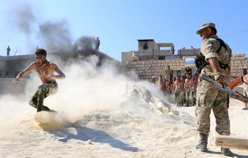 آموزش و تمرینهای نظامی مخالفان مسلح حکومت سوریه در شهر ادلب در آستانه حمله احتمالی نیروهای دولتی سوریه به این منطقه