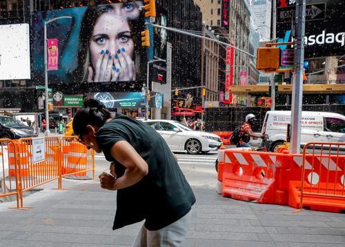 تصویری از حمله هفته گذشته زنبورها به میدان تایمز در شهر نیویورک/ رویترز
