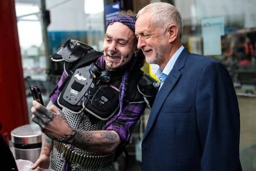 سلفی گرفتن یک مرد با رهبر حزب کارگر بریتانیا در شهر لیورپول