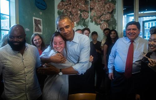 حضور اوباما در کمپین انتخاباتی یک نامزد حزب دموکرات در دانشگاه ایلینویز آمریکا
