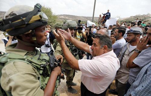 تظاهرات فلسطینی ها علیه اسراییل در روستایی در حومه شهر الخلیل به دنبال برچیدن این روستا با حکم دادگاه اسراییلی