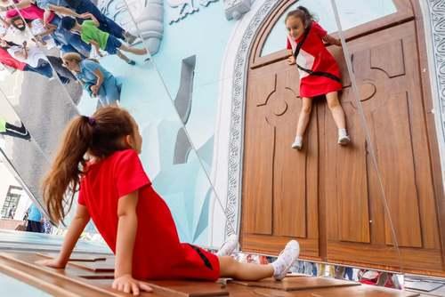نگاه یک دختر بچه به آینه در جشن هشتصدوهفتادویکمین سالگرد تاسیس شهر مسکو/ ایتارتاس
