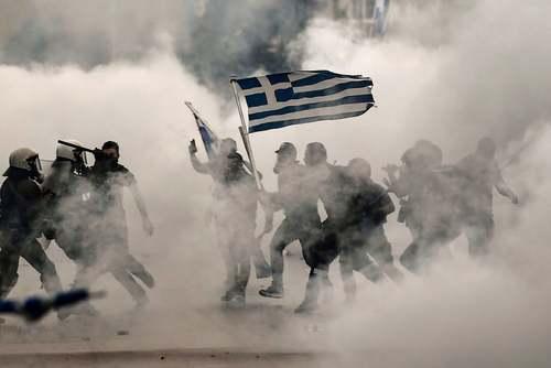 اعتراضات در شهر تسالونیکی یونان به توافق دولت یونان با مقدونیه بر سر نام کشور مقدونیه. یونانیان ملیگرا نام مقدونیه را متعلق به یونان میدانند./ خبرگزاری فرانسه