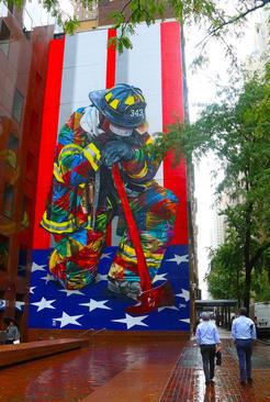 نقاشی دیواری هنرمند برزیلی در محله منهتن نیویورک به مناسبت هفدهمین سالگرد حادثه تروریستی 11 سپتامبر و در تجلیل از فدارکاری آتش نشانهای جان باخته در این حادثه