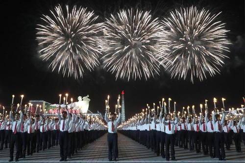 جشن و آتشبازی به مناسبت هفتادمین سالگرد تاسیس حکومت کره شمالی در میدان