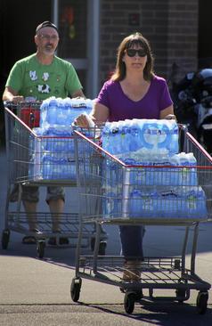 خرید آب و سوخت در ایالت کارولینای شمالی آمریکا از بیم توفان
