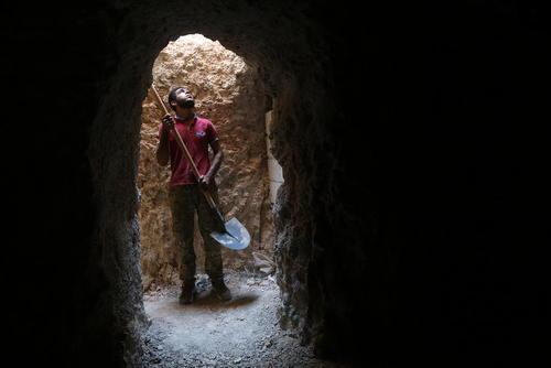 کندن پناهگاه زیر زمینی در استان ادلب سوریه از بیم حملات هوایی