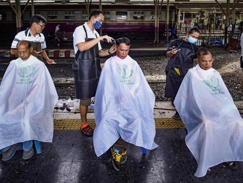 داوطلبان اصلاح موی مجانی برای آرایشگرهای آماتور در ایستگاه قطار شهر بانکوک