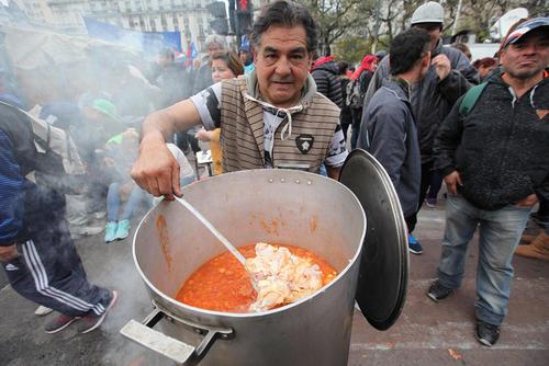 درست کردن سوپ در حاشیه تظاهرات اعتراضی انجمنها و نهادهای اجتماعی علیه دولت آرژانتین در شهر بوینوس آیرس