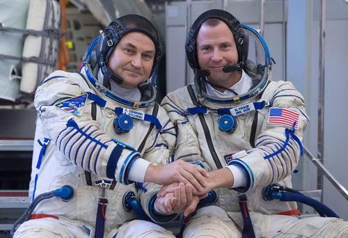 تمرین مشترک دو فضانورد روسی و آمریکایی در مسکو پیش از اعزام به ماموریت در ایستگاه فضایی بینالمللی/ ایتارتاس