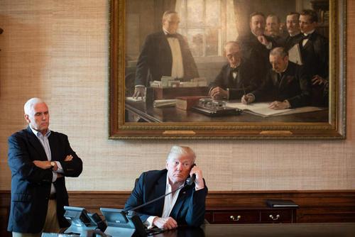 ترامپ و معاونش در کاخ سفید در حال دریافت گزارش تلفنی از وضعیت توفان در سواحل شرقی آمریکا