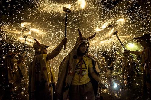 آتش بازی در جریان جشنواره ای در کاتالونیا اسپانیا