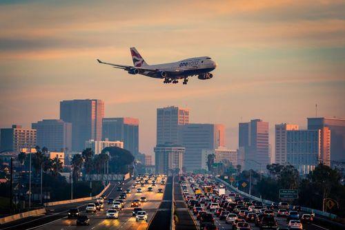 فرود یک هواپیما در فرودگاه بین المللی شهر