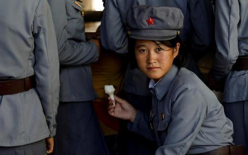 سربازان ارتش کره شمالی در مقابل یک بستنی فروشی در شهر پیونگ یانگ/ رویترز