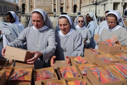 بستهبندی صلیبهای هدیه پاپ به حامیانش از سوی راهبههای کلیسای کاتولیک/ واتیکان