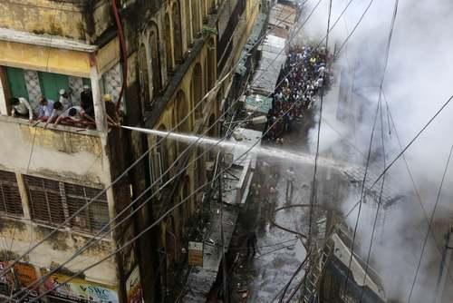 آتشنشانان در حال خاموش کردن شعلههای آتش در یک ساختمان در شهر کلکته هند/ آسوشیتدپرس