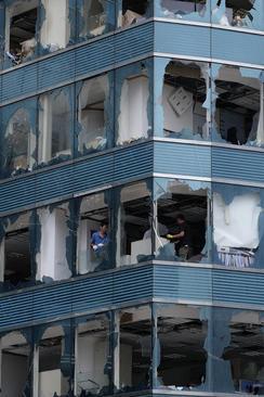 شکستن شیشه ساختمانها در اثر توفان در هنگ کنگ