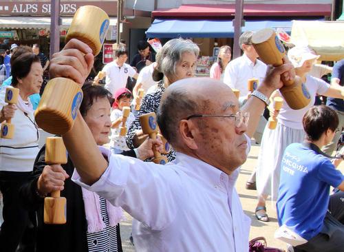 ورزش سالمندان در معبدی در توکیو به مناسبت روز سالمندان در ژاپن