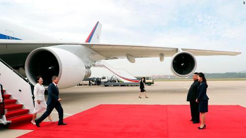 استقبال رهبر کره شمالی از رییس جمهوری کره جنوبی در فرودگاه