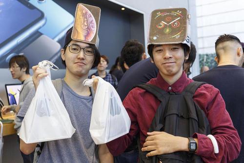 شادمانی شهروندان توکیو ژاپن پس از خرید گوشی جدید
