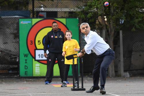 کریکت بازی شهردار لندن در یک مدرسه ابتدایی در لندن