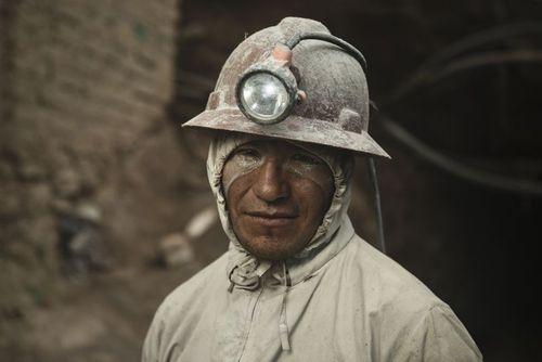 کارگر یک معدن استخراج نقره در بولیوی/عکس روز وب سایت