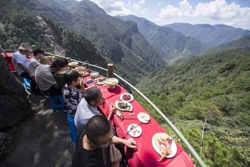 غذا خوردن گردشگران در یک رستوران کوهپایهای در چین