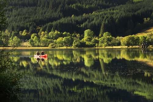 قایقرانی در دریاچه ای در اسکاتلند