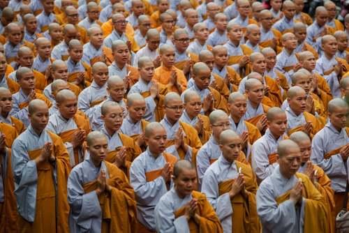 دعای راهبان بودایی ویتنام برای رییس جمهور فقید این کشور در شهر هوشی مینه/خبرگزاری فرانسه