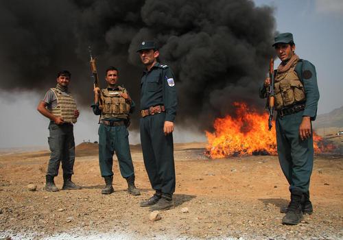 آتش زدن 19 تن مواد مخدر کشف شده از سوی پلیس افغانستان در شهر جلال آباد افغانستان / شینهوا