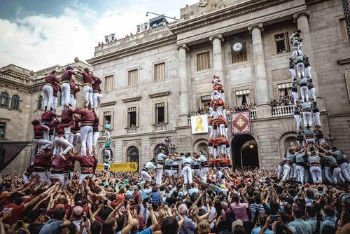 درست کردن هرمهای انسانی در جریان جشنوارهای در شهر بارسلونا اسپانیا
