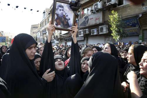 تشییع پیکر شهدای حادثه تروریستی اهواز/عکس: ابراهیم نوروزی؛ آسوشیتدپرس